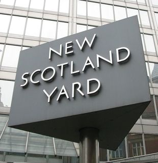 New Scotland Yard sign: Image by Man vyi via Wikipedia.