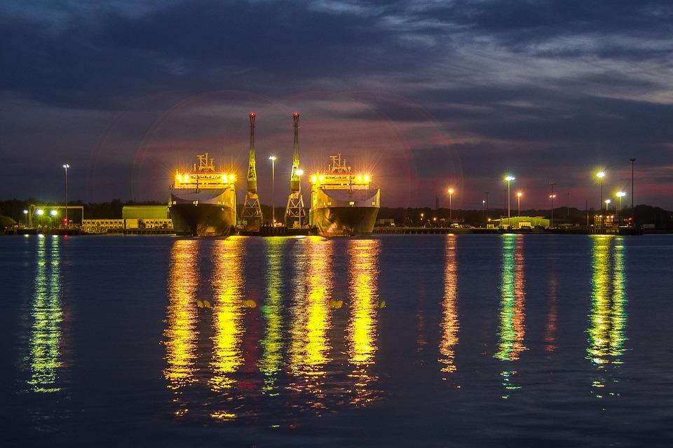 Southampton Water at night. Image via Pixabay.