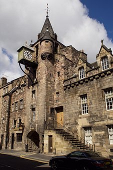 Tollgate on the Royal Mile, Edinburgh - image via Pixabay
