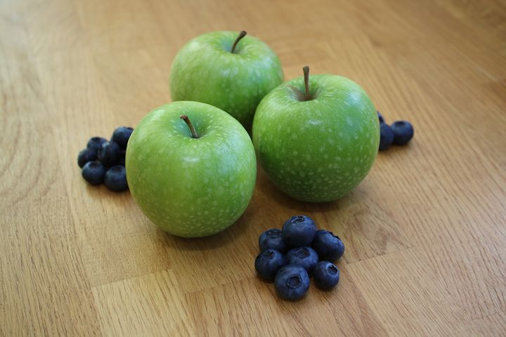 apples and blueberries - Pixabay