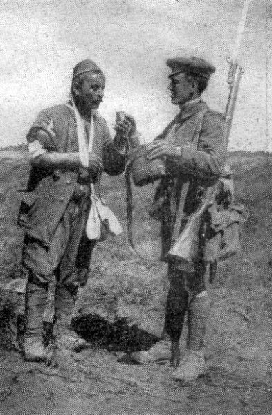 "British soldier with Turkish prisoner Gallipoli 1915. Image via <a href=""http://upload.wikimedia.org/wikipedia/commons/2/23/British_soldier_with_Turkish_prisoner_Gallipoli_1915.jpg"">Wikimedia Commons</a>."
