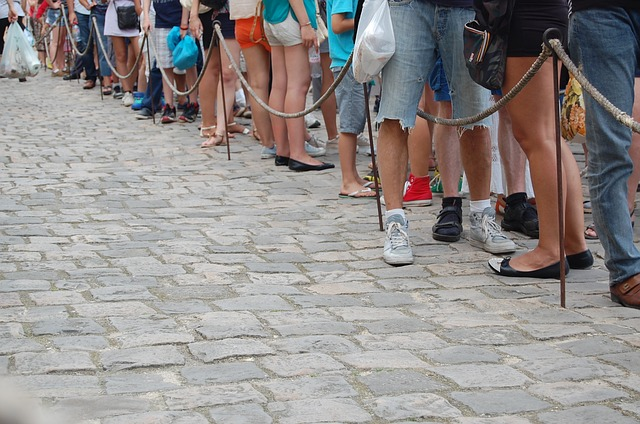 People queuing. Image by aykapog via Pixabay.