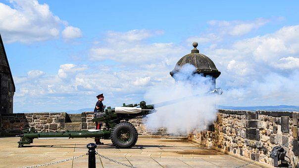 Firing of the cannon at Edinburgh Castle - image via Pixabay