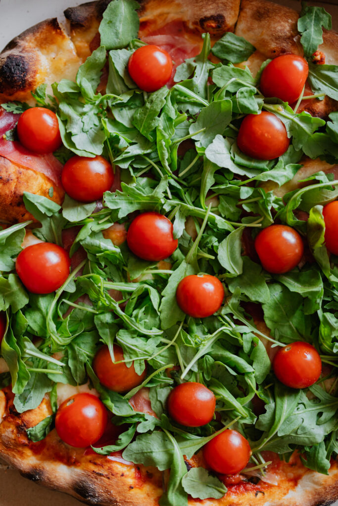 kaboompics_Pizza with rucola and cherry tomatoes